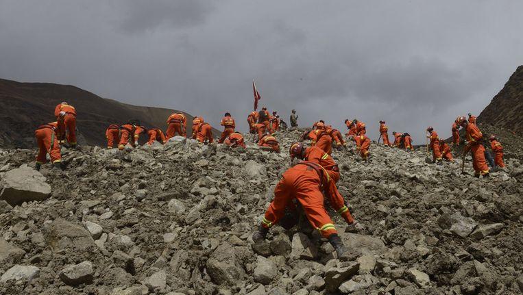 Reddingswerkers bij de aardverschuiving in Tibet. Beeld ap
