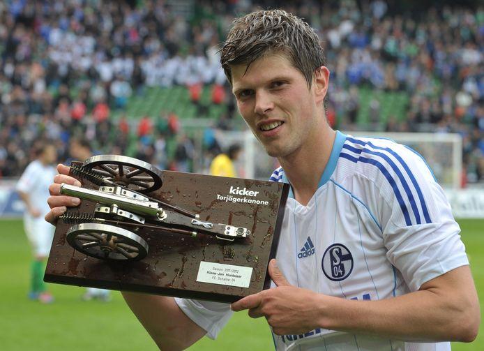 Klaas-Jan Huntelaar met het Kicker-kanon, de trofee voor de topscorer van de Bundesliga.
