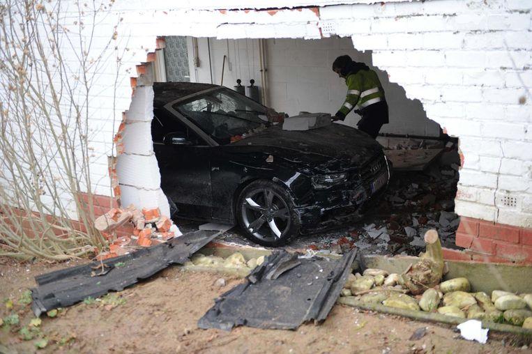 De auto en de muur raakten zwaar beschadigd.