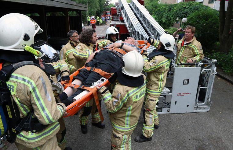 De brandweer heeft een bewoner met de hulp van de ladderwagen via een raam uit zijn kamer gehaald.