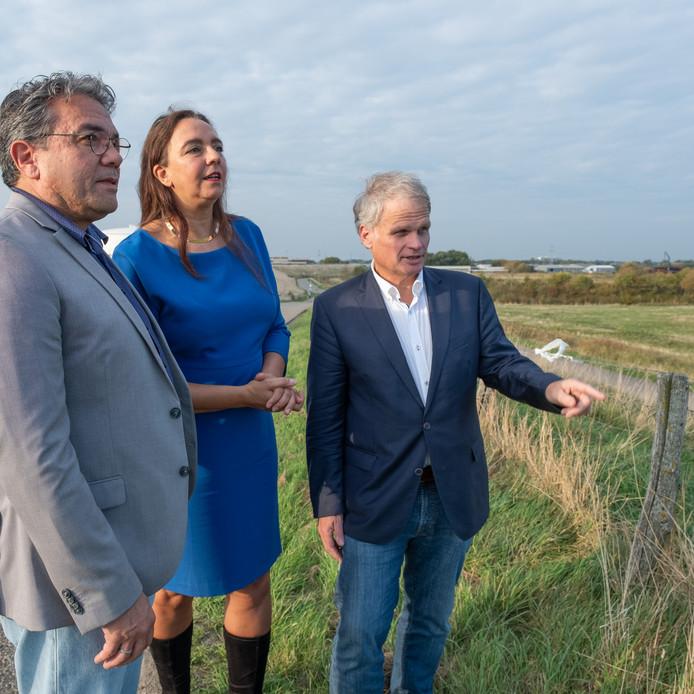 GroenLinks-Kamerlid Isabelle Diks (midden) met haar Zeeuwse partijgenoten Jeroen Portier (links, raadslid Vlissingen) en Gerwi Temmink (lid Provinciale Staten) bij de plaats waar de marinierskazerne is gepland.