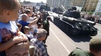 Russische tank kantelt tijdens militaire parade