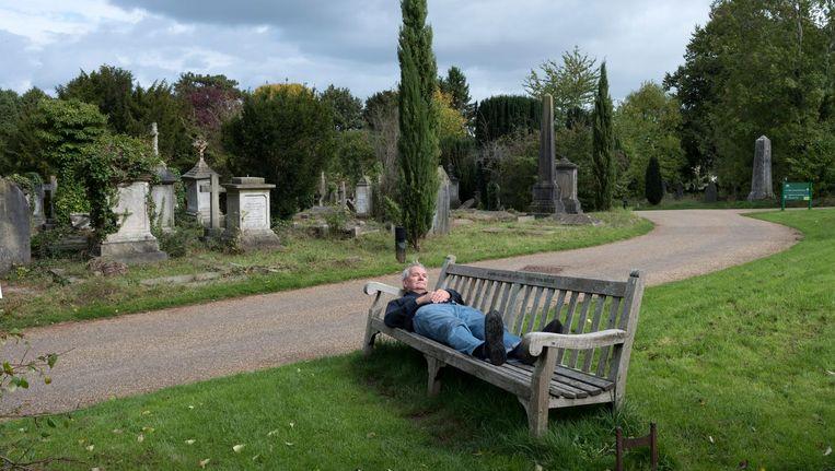 Martin Parr op het kerkhof vlakbij zijn nieuwe museum. Beeld Hans van der Meer
