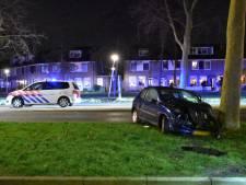 Auto knalt tegen boom in Waddinxveen, bestuurder gewond