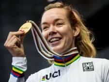 Anna van der Breggen stapt na de Olympische Spelen van Tokio van de wedstrijdfiets