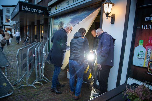 Politiemensen bij een pand dat ze doorzochten in het kader van het onderzoek naar het gezin in Ruinerwold.