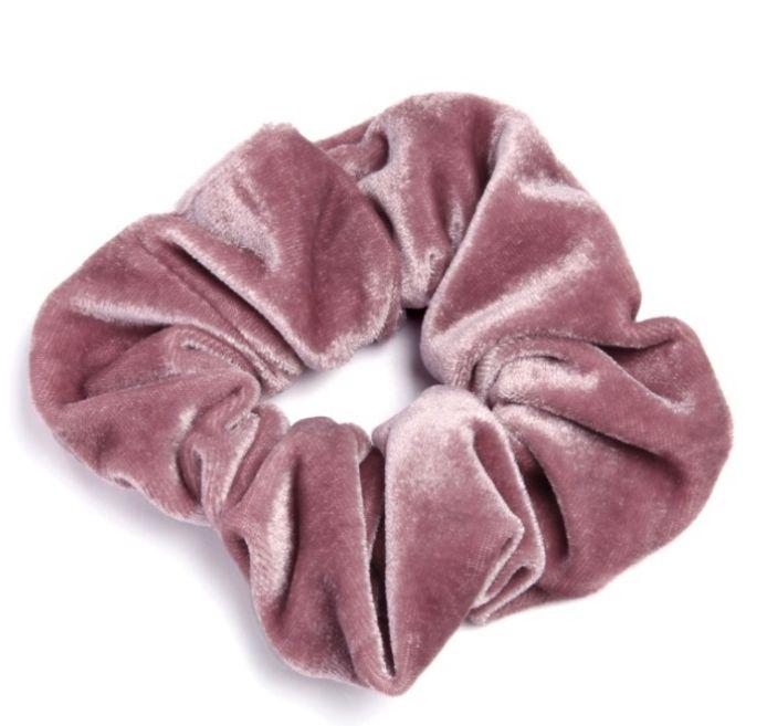 Een roze scrunchie zoals die van Jason Momoa, verkrijgbaar bij Sacha.