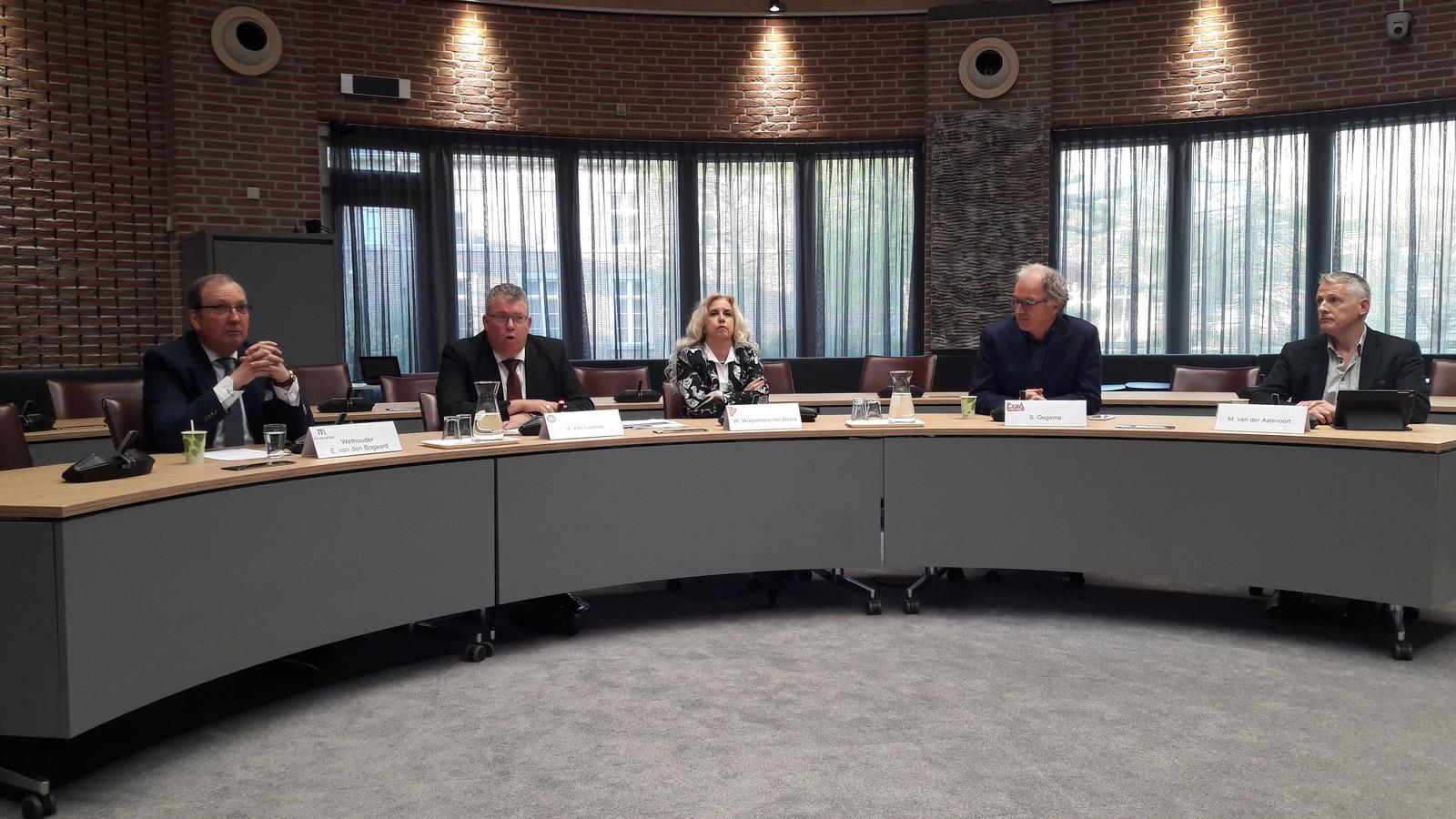 Eric van den Bogaard (voorheen Team Meierijstad), Johan van Gerwen (CDA), Wilma Wagenaars (VVD), Sikko Oegema (PvdA) en Mari van der Aalsvoort (Team 6) tijdens het persgesprek.