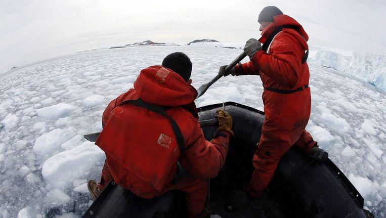 Chileense mariniers bij Antartica. Beeld epa