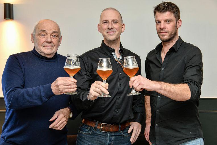 De Boslopers  klinken samen met cafébaas Dries trots op  hun nieuw bier.