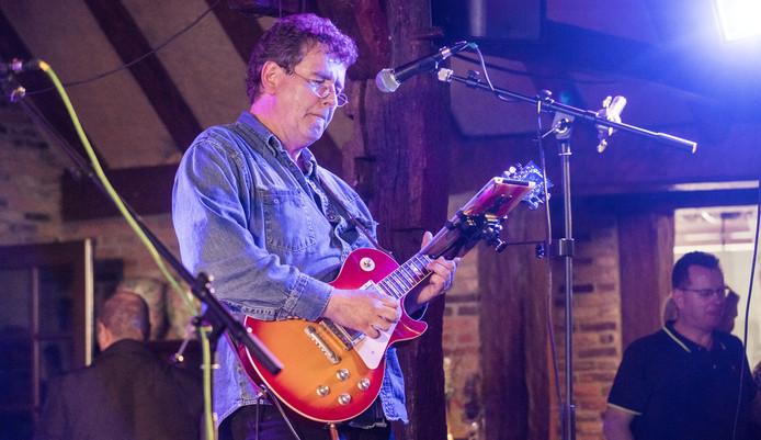 Ruud van Zuthem speelt met de Kanada Bluesband in zijn geboortedorp.