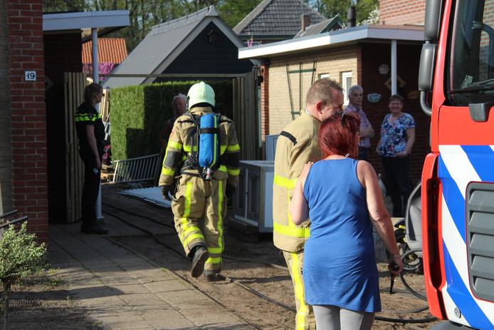 Hulpverleners en buurtbewoners bij de nasleep van de uit de hand gelopen barbecuepoging.