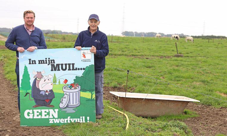 Schepen Elpers met veehouder Marcel Wijnants.