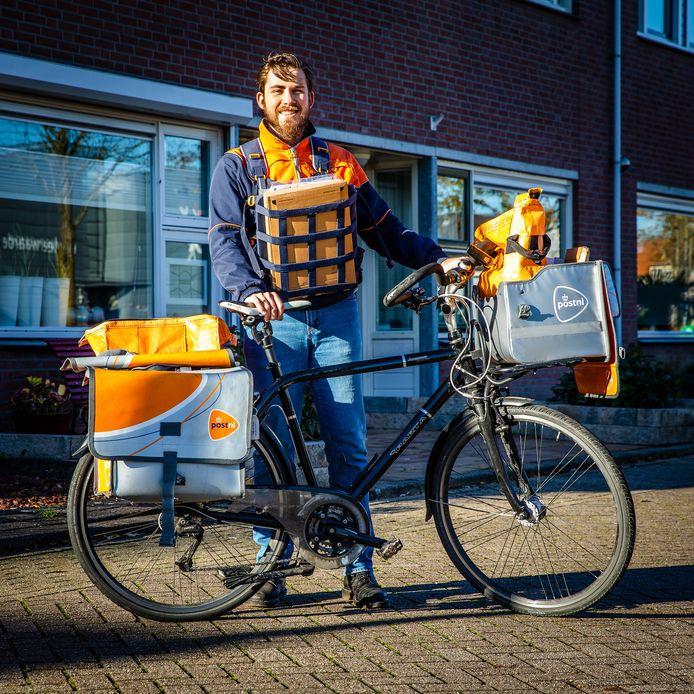 """Postbode Gijs Huppertz doet zijn vertrouwde bezorgronde in Strijen. ,,Het leukste van mijn baan is dat je een beetje een bekend gezicht bent en dat je betrokkenheid kan tonen doordat je met mensen in contact staat."""""""
