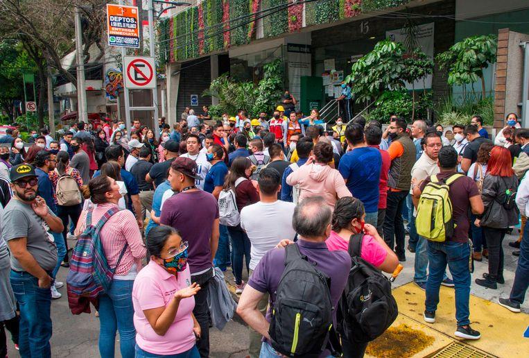 Veel mensen vluchtten tijdens de aardbeving de straat op.