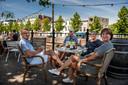 Anja Biemans (rechts) zit om 11.30 uur al met echtgenoot en vrienden aan de koffie met appelgebak bij De Huiskamer.