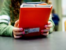 Kinderen en ouders samen achter de iPad om taalontwikkeling te vergroten