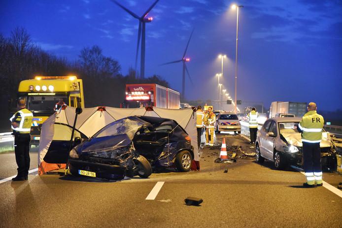 Bij een ernstig ongeluk op de A58 bij Moergestel is een persoon om het leven gekomen en ander slachtoffer zwaargewond geraakt. Het ongeluk is veroorzaakt door stenen op de weg.