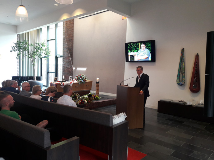 Martin van Geel spreekt tijdens de uitvaart van Willem II-supporter Henk van Meel.