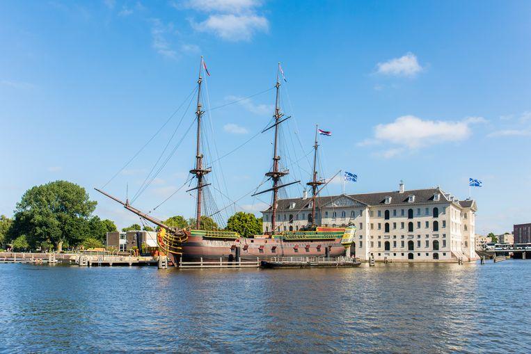 Het schip Amsterdam, met op de achtergrond Het Scheepvaartmuseum. Beeld Twycer