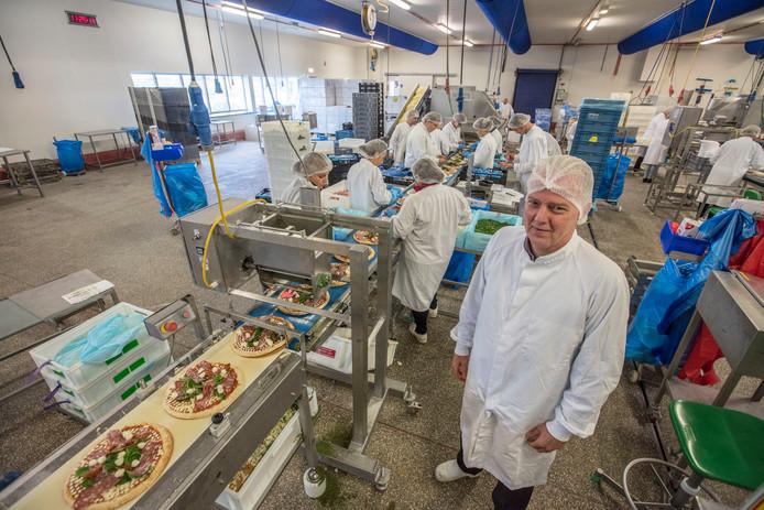 Directeur Hennie Gijsberts van Conveni bij de pizzaproductielijn in het Brabantse Liessel.
