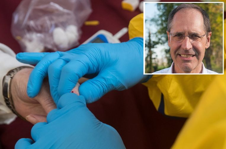 Een arts neemt een bloedtest af bij een patiënt die mogelijk besmet is met Covid-19. Inzet: Jo Robrechts