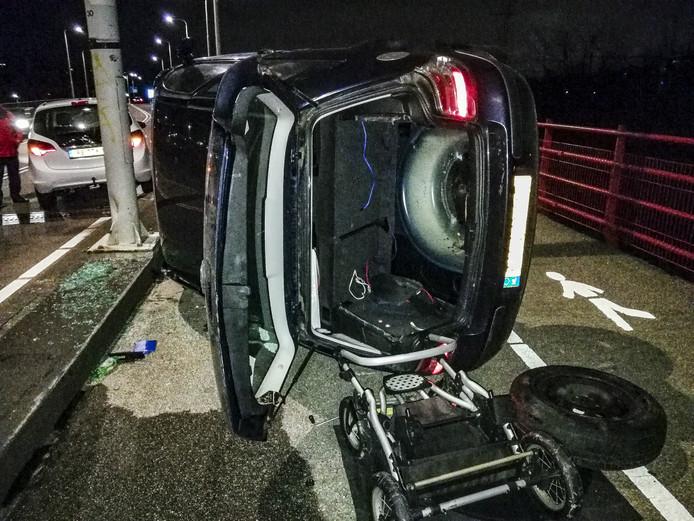 De auto werd gelanceerd en kwam op de zijkant op het wegdek terecht.