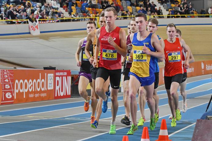 Valentijn Weinans (nummer 478) op weg naar de winst op de 1500 meter tijdens de NK indoor.