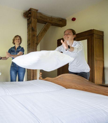Echte schaapjes tellen achter wit gehaakte gordijntjes in Enschede:  'Bie Jan van de Koos en zien wichter'