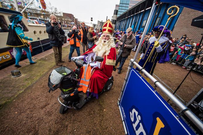 Hilariteit op de Almelose kade. Sinterklaas gaat er vandoor met de scootmobiel  van Coen. De Spaanse hoogheid gaf het voertuig snel weer terug, hij was vitaal genoeg om zelf te lopen.