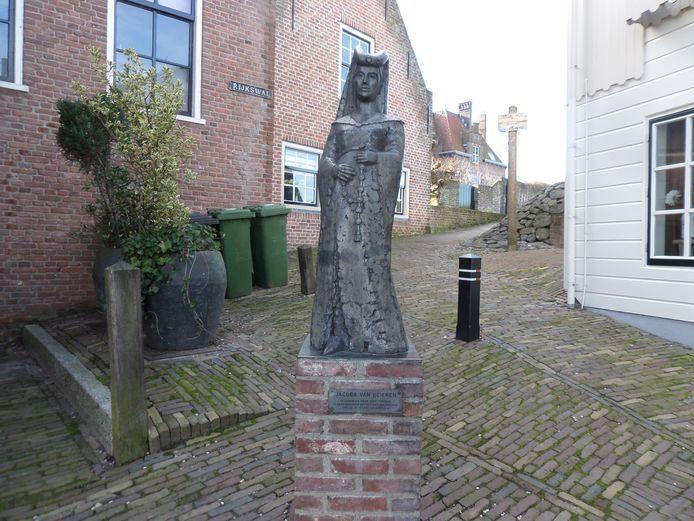 Het standbeeld van Jacoba van Beieren van beeldend kunstenaar Jaap Hartman in de Woudrichemse vesting.
