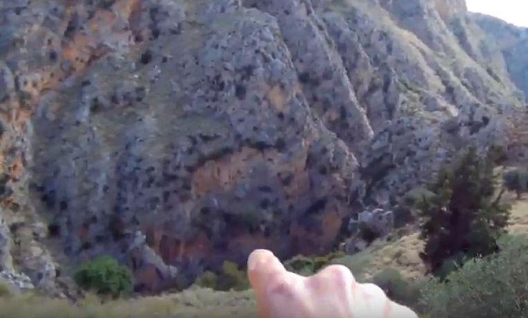 Een Amerikaanse toerist wijst naar de 200 meter diepe Rokka-kloof in het noordwesten van Kreta.