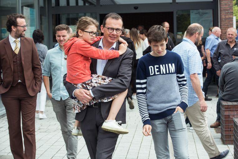 Wouter Beke gaat stemmen in Leopoldsburg  Met zijn dochter Nette en zijn zoon Warre