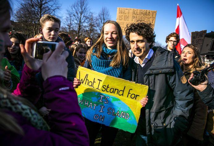 Jesse Klaver (GroenLinks) tijdens de actie van jongeren die spijbelen om actie te voeren tegen klimaatverandering.