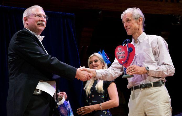 David Wartinger (links) bewees met zijn onderzoek dat een ritje in een achtbaan wonderen doet bij de behandeling van nierstenen.