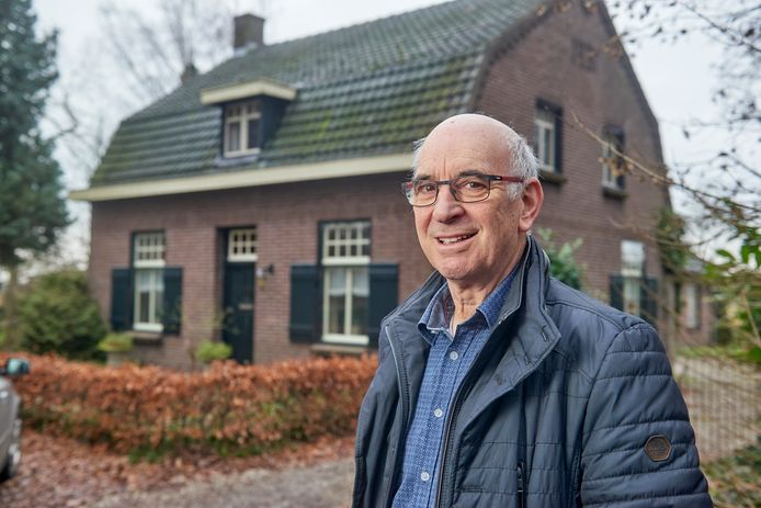 Rini Weijers voor het huis dat hij moet verlaten.