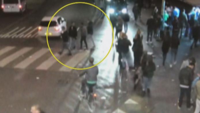 In Opsporing Verzocht laat de politie camerabeelden zien van de momenten voor en na de steekpartij in Breda waarbij Paul Pluijmert (23) om het leven kwam.