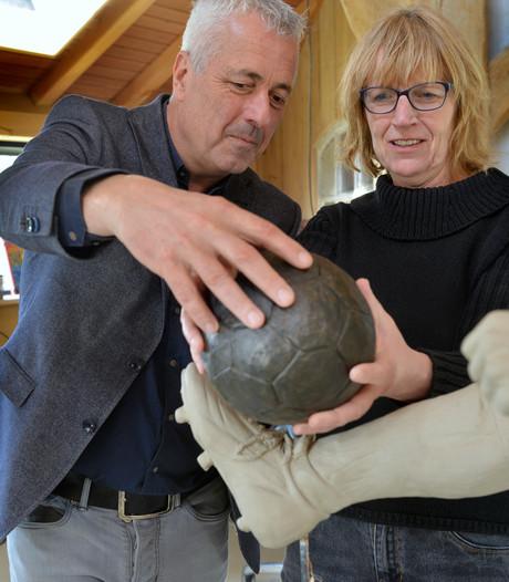 Erichemse Lia Krol maakt bronzen beeld Bergkamp