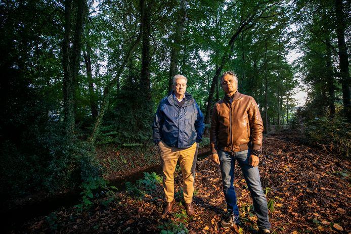 Roel Eerden (links) en Marc Latupeirissa strijden voor behoud van het groen in het Loyolapark in Vught.