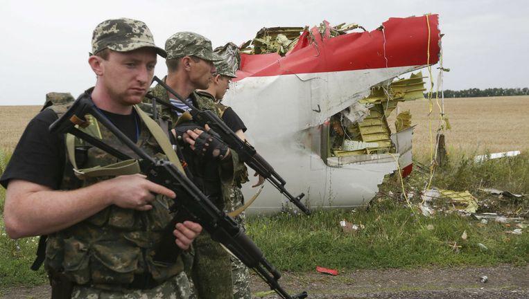Pro-Russische separatisten op de plek waar vlucht MH17 vandaag een jaar en één dag geleden neer kwam Beeld anp