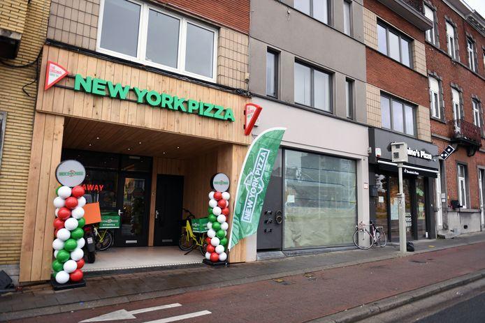 De eerste vestiging van New York Pizza ligt vlak naast Domino's Pizza op de Naamsevest in Leuven.
