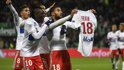 Aanvaller provoceert fans tegenpartij na goal (waarna hij ijlings op de vlucht moet)