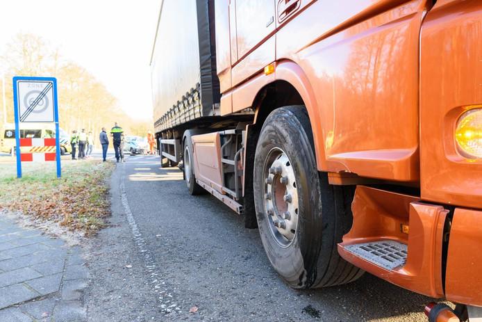 Vrachtwagen botst op auto.