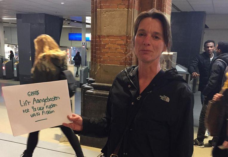 Anneke van Tilburg geeft iedereen een gratis lift. Beeld Joep School