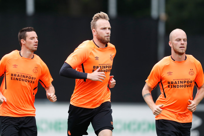 Hidde Jurjus (midden) bij PSV.