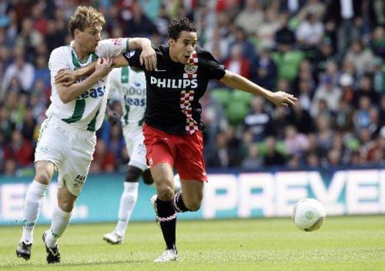 Mike Zonneveld (l) van Groningen in duel met Otman Bakkal (r). Foto ANP Beeld