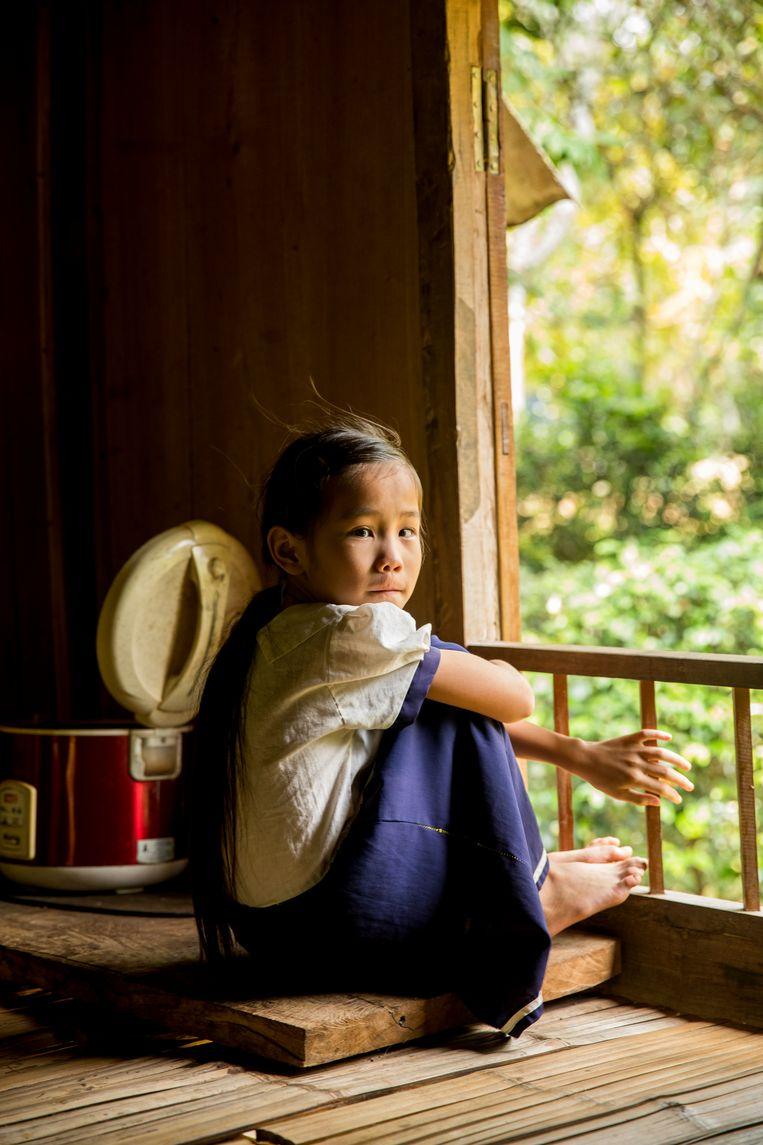Meisje bij het raam terwijl wij een dutje doen na het wandelen door Pu Loung gebied. Beeld Marie Wanders