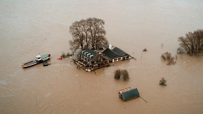 25 jaar na hoogwater: onrust en het veerhuis van Wamel alleen per boot bereikbaar.