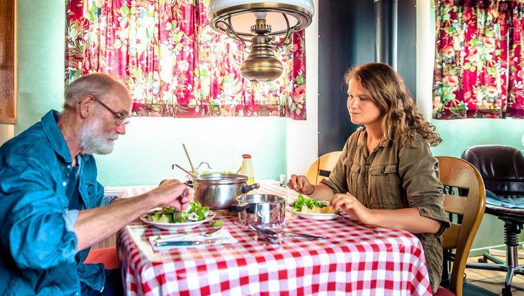 Laura de Grave aan tafel bij beroepsvisser Piet Ruijter, die stoofaal heeft klaargemaakt naar het recept van zijn moeder Beeld Hans de Kort