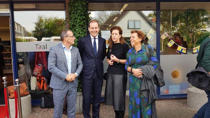 Johan Quik (wethouder cultuur Molenlanden), Lodewijk Asscher (PvdA), Ingrid van Engelshoven (minister cultuur) en Ankie Kesseler (directeur-bestuurder Bibliotheek AanZet) bij opening van de bibliotheek in Wognum.